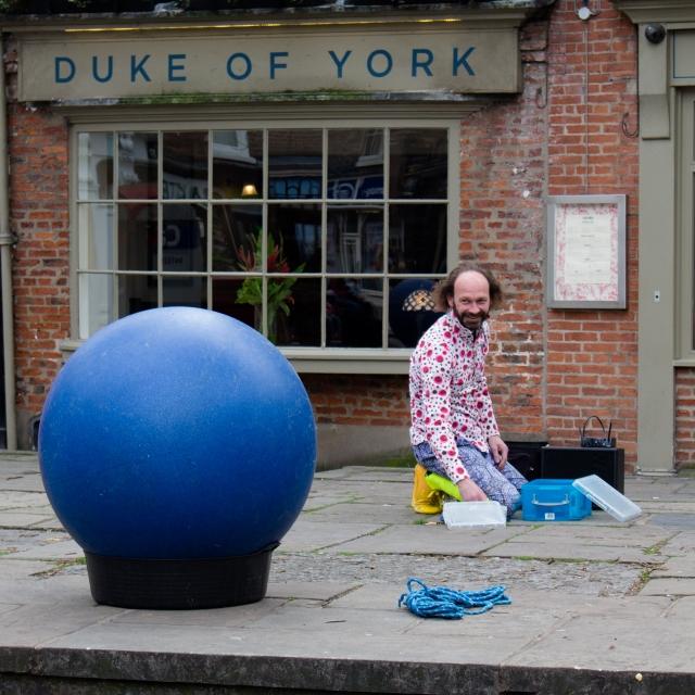 A Street Performer Prepares (Flickr).jpg